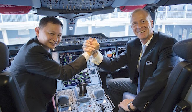 Goh Choon Phong y Tom Enders, en el cockpit del A350 / Airbus