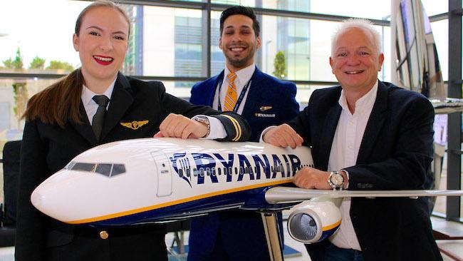 A la derecha Eddie Wilson, jefe de Recursos Humanos de Ryanair
