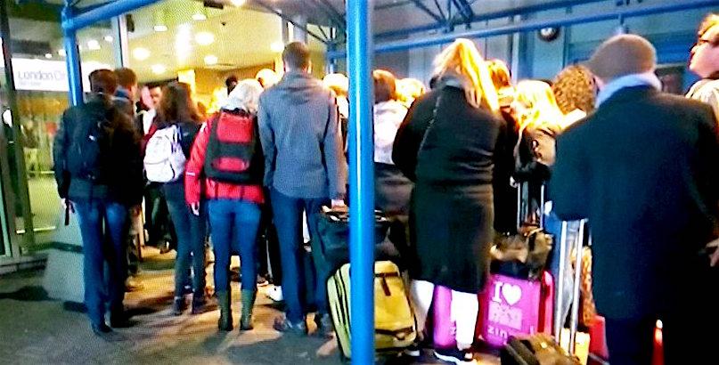 Pasajeros evacuado del edificio terminal, ayer en el aeropuerto de London City