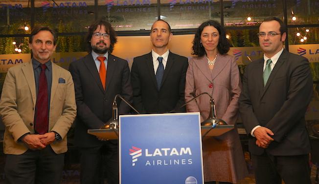Representantes de LATAM, la Generalitat y el Aeropuerto de Barcelona, en el acto de presentación de la nueva ruta / LATAM