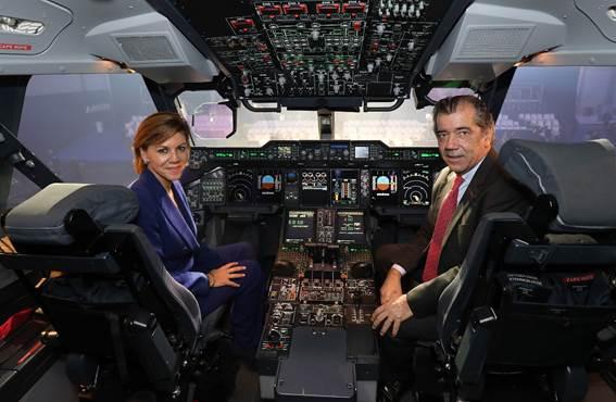 María Dolores de Cospedal y Fernando Alonso visitan la cabina del primer A400M español tras la ceremonia