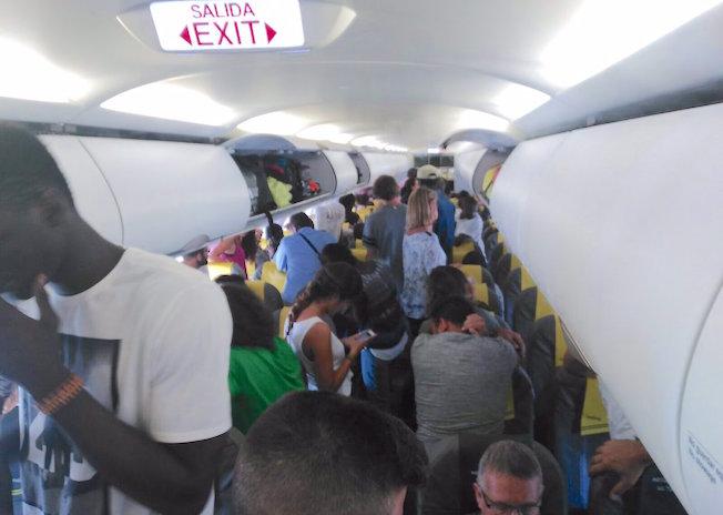 Un grupo de pasajeros del vuelo barcelona dakar intento for Trabajos en barcelona sin papeles